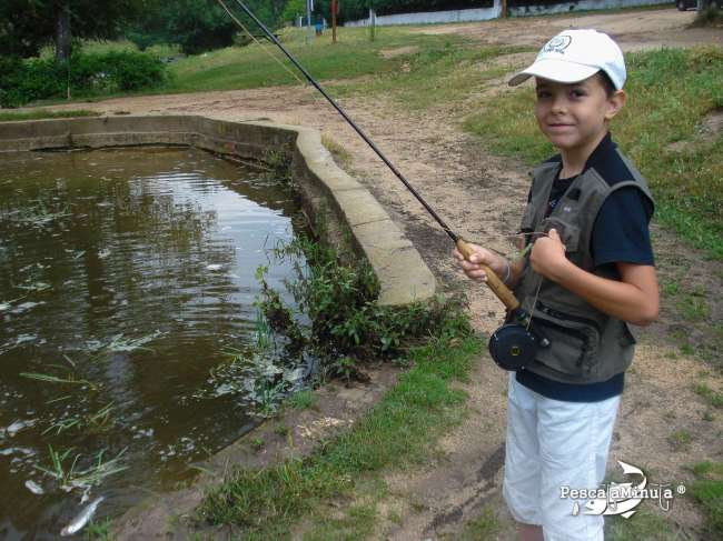 Ivan pescando truchas arcoiris en el Rio Cofio Santa Maria de la Alameda 001-2
