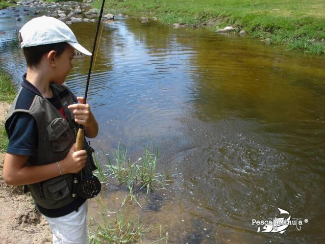 Ivan pescando truchas arcoiris en el Rio Cofio Santa Maria de la Alameda 002-2